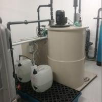 WtR Neutralisation Reaktor mit Rührwerk und Sicherheitswanne für Lauge und Säure
